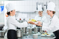 Keukenpersoneel die in kantine schotels voorbereiden royalty-vrije stock afbeelding