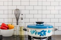 Keukenpot op gasfornuis in de keuken royalty-vrije stock afbeeldingen