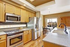 Keukenruimte met dakraam en het dineren gebied Royalty-vrije Stock Afbeelding