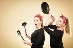 Keukenstrijd tussen retro meisjes Stock Afbeeldingen