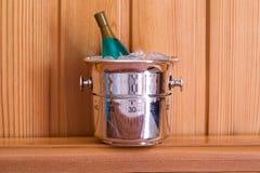 Keukentijdopnemer als champagnefles wordt gevormd op een houten achtergrond die stock afbeeldingen