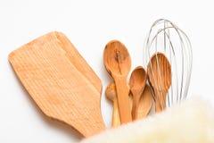 Keukentoebehoren of uitrusting van keukengerei in pluizige doek, witte achtergrond worden ingepakt die Keukengereiconcept Keukeng stock foto