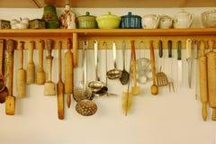 Keukenwaren die op de muur hangen Royalty-vrije Stock Foto's