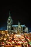 Keulen Christmasmarket met Kathedraal bij nacht Royalty-vrije Stock Afbeeldingen