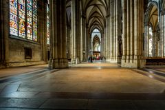 KEULEN, DUITSLAND - AUGUSTUS 26: gangmanier binnen de Kathedraal van Keulen op 26 Augustus, 2014 in Keulen, Duitsland begonnen in Royalty-vrije Stock Foto's