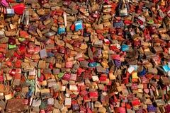 Keulen, Duitsland - Januari 19, 2017: Een cluster van liefdesloten op Hohenzollern-Brug Stock Foto