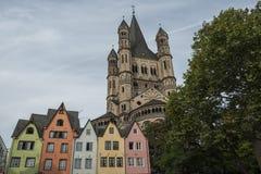 KEULEN, DUITSLAND - SEPTEMBER 11, 2016: Kleurrijke huizen in Beierse stijl en de Romaanse Katholieke kerk ` Brutosankt Martin ` Royalty-vrije Stock Foto's
