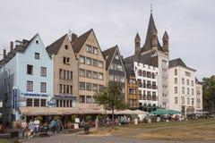 KEULEN, DUITSLAND - SEPTEMBER 11, 2016: Kleurrijke huizen in Beierse stijl en de Romaanse Katholieke kerk ` Brutosankt Martin ` Stock Afbeeldingen