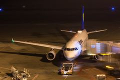 Keulen, Noordrijn-Westfalen/Duitsland - 26 11 18: lufthansa vliegtuig bij luchthaven Keulen Bonn Duitsland bij nacht royalty-vrije stock fotografie