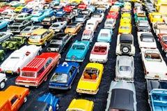 Keurig geschikte rijen van stuk speelgoed auto's Royalty-vrije Stock Afbeelding