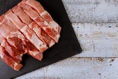 Keurig gesneden ongekookt vers ruw varkensvlees op scherpe raad royalty-vrije stock fotografie