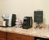 Keurig kaffebryggare med enkla servepaket royaltyfri bild