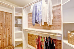 Keurige en mooie walk-in kast met kleren Stock Foto