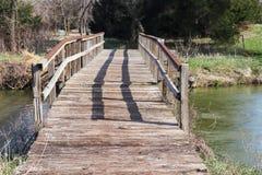 Keurige oude houten brug over de platte rivier royalty-vrije stock foto's