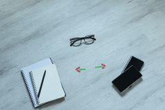 Keus en voordelen tussen notitieboekjes, telefoons, mededeling stock afbeelding