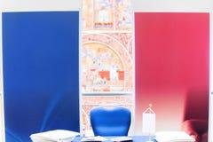 Keus tussen, rood en blauw, links of rechts stock foto