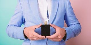 Keus van de echte mens Oogst juiste geur Hoe beste parfum volgens gelegenheid kies Welke beste geur voor is stock fotografie