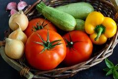 Keus van groenten in marktmand op donkere raad royalty-vrije stock afbeeldingen