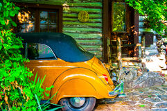 Kever in Cabinehuis wordt geparkeerd Arkansas dat royalty-vrije stock afbeelding
