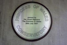 Kew-Gärten, England 2018 Die Gedenkplakette, die Prinzessin von Wales angibt, öffnete das Konservatorium am 28. Juli 1987 Lizenzfreie Stockbilder