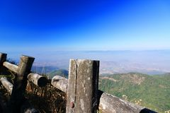Kew Mae平底锅自然痕迹木篱芭有在土井Inthanon, Chaing Mai,泰国的蓝色山风景背景 图库摄影