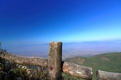 Kew Mae平底锅自然痕迹木篱芭有在土井Inthanon, Chaing Mai,泰国的蓝色山风景背景 免版税图库摄影