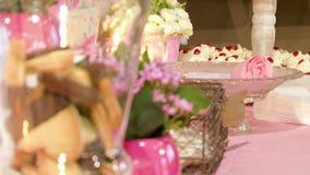 Kex blommar och undersöker brölloptillbehör