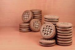 Kex för chokladsmörgåsrunda med vanilj lagar mat med grädde fyllning på den bruna trätabellen med copyspace Stilleben av sött och Arkivfoton