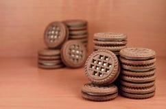 Kex för chokladsmörgåsrunda med vanilj lagar mat med grädde fyllning på den bruna trätabellen med copyspace Stilleben av sött och Arkivbilder