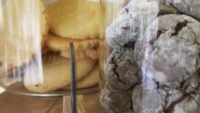 Kex i glass krus i en konfekt shoppar fönstret 4k ultrarapid stock video