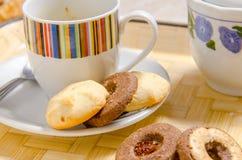 Kex med en kopp kaffe royaltyfria foton