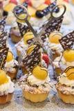 Kex (muffin) med sötsakgulingkörsbäret med choklad på en tabell Arkivfoto