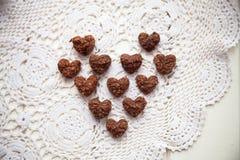 Kex sötsaker som läggas ut i en hjärtaform Arkivbild