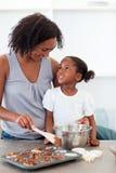 kexar som lagar mat dottern som är lycklig hjälpa henne att mother Royaltyfri Fotografi