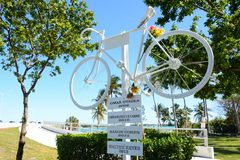 KEY BISCAYNE FL, USA - APRIL 17, 2018: I minnet av cyklisten royaltyfri fotografi