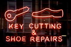 KEY CUTTING & SHOE REPAIRS neon sign Royalty Free Stock Photography
