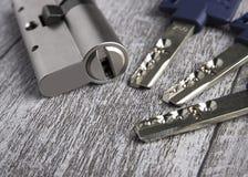 Key cylinder på trätabellen royaltyfria bilder