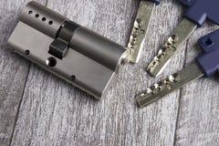 Key cylinder på trätabellen royaltyfria foton