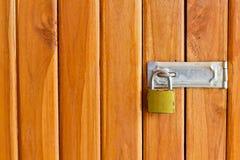 Key lås på den wood dörren Fotografering för Bildbyråer