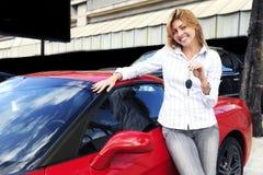 key ny visande sportkvinna för bil arkivbild