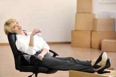 key nytt kontor för affärskvinna till Arkivfoton