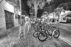 KEY WEST FL - JANUARI 12, 2016: Parkerade cyklar i stadsgator Fotografering för Bildbyråer