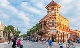 KEY WEST, FL - JANUARI 2016: Stadsstraten bij zonsondergang Meer dan 3 Stock Afbeeldingen