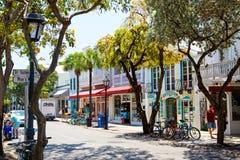 KEY WEST FLORIDA USA - APRIL 13, 2015: Den historiska och populära mitten och Duval gatan i i stadens centrum Key West Royaltyfria Foton