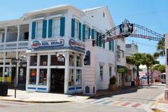 KEY WEST FLORIDA USA - APRIL 13, 2015: Den historiska och populära mitten och Duval gatan i i stadens centrum Key West Arkivbilder