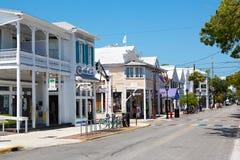 KEY WEST FLORIDA USA - APRIL 13, 2015: Den historiska och populära mitten och Duval gatan i i stadens centrum Key West Royaltyfri Bild