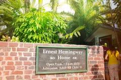 Key West Florida, USA - Januari 6, 2014: Minnes- platta på den trädgårds- väggen för ` s av det Ernest Hemingway huset i Key West Arkivfoton