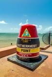 Key West, sinal da boia de Florida que marca o ponto do extremo sul imagens de stock