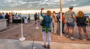 KEY WEST USA - JANUARI 2016: Folket väntar på solnedgång på Mallory Sq Royaltyfri Foto