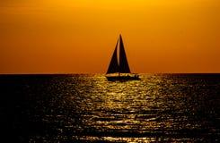 Key West-Zonsondergang met Zeilbootsilhouet royalty-vrije stock afbeeldingen